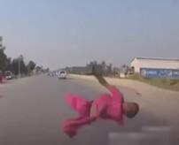 ~ドライブレコーダーから~ 子供を跳ね飛ばして殺してしまう瞬間はこんな感じ