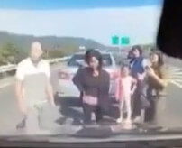 [車][家族][車] ← 高速道路のど真ん中で停車した一家の末路…