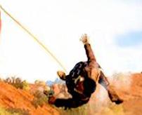 アフリカ式の地獄の宅配便、トラックに人間を縛り付けて引きずり回す拷問