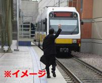 自殺志願者が電車に飛び込む → 跳ね返されホームを横滑り → 無関係の人間2人を吹き飛ばして道連れに
