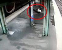 電車に飛び込み → 弾き返される → ホームを横滑り → 看板で横割りに真っ二つ