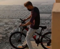 んほおおおぉたまらないのぉおおお!アドレナリン中毒者さん、高層ビルで自転車を乗り回し、見る側が玉ヒュンw