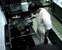 てんかん?揚げ物をしていたシェフが高温の油に顔を突っ込み…