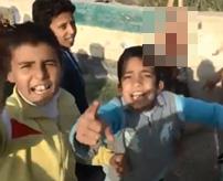 うおおおおさすが俺たちのヒーローだ!イスラム国兵士、子どもたちに斬首した死体を見せびらかしてご満悦