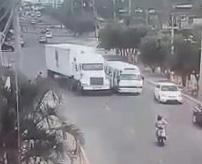 DQN×バカの究極のステ振りをしてしまったドライバー。1歩先を読めずに降りた路上で挟まれて死亡