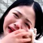 生タコを踊り喰いしようとした女の子、顔に絡みつかれ涙目www