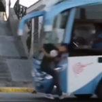 道路に面した階段でスケボー中の少年がバスに轢かれるまで8秒前