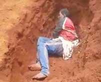 テロリストに捕まってしまった女性、穴の中で頭を撃ち抜かれてそのまま埋められてしまう…