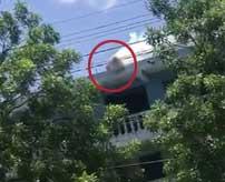 高電圧ケーブルに引っ掛かってしまった男性が首を焼切られる瞬間がコチラ…