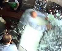 教習中に事故を起こしてしまった女性、バックで店内に勢いよく突っ込み何人も轢いてしまう…