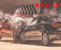猛スピードで反対車線から突っ込んできた車と正面衝突!車はスクラップになりドライバーも死亡…