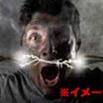 鞭打ち&スタンガン拷問で悲鳴を上げながら地面をのたうち回る男…