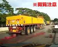 大型トラックに轢かれてしまったバイカー、身体をタイヤで押し潰されて血しぶきを飛ばしながらグッチャグチャの肉塊に…