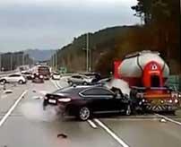 路面が凍結してしまった高速道路で起きた大惨事!冗談かと思うくらい滑ってどんどん追突していく自動車…
