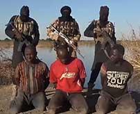 捕まえた3人の警官と兵士の背後から銃を連射して殺害…相変わらず過激なISISの新しい処刑映像