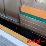 ホームと電車に挟まれてしまった男性、奇跡的に生きていたが衝撃で内臓が飛び出してしまう…