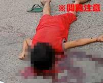かくれんぼをしていた子供が駐車中のトラックの下に隠れる→運転手が気付かずに発進させて頭を押し潰してしまう…