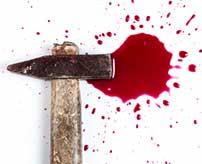 泥棒しちゃう悪い手にはお仕置き!盗みを働いた女性の両手をハンマーでメッタ打ち…