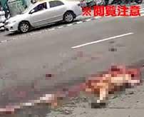 危険な運転をしていた女バイカーの末路…巨大なミキサー車に轢かれてグチャグチャの肉塊に…