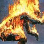 殺人を犯してしまった男、周りの民衆にボッコボコにリンチされて焼却処分される…