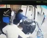 6名が死亡した大型バスの大規模事故…シートベルトの重要性がよく分かる衝撃映像