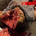 猛スピードで車に突っ込んでしまったバイカー、顔面が真っ二つになって死亡…
