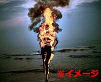 突然自分の身体に火を付けて焼身自殺した少女の映像が凄まじい…
