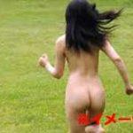 全裸の女性を追い回して暴力を振るい、何十発も銃弾を撃ち込んで射殺する残酷映像…