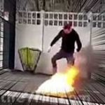 駅のホームで焚火を始めたバカ→身体に引火して慌てて逃走…
