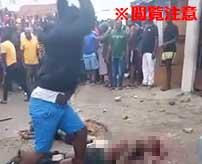 民衆による石打の刑…次々と罪人の頭にコンクリートを叩きつけていく…