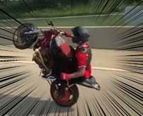 DQN「俺様のウィリーを見やがれ!」→こけて後ろのバイクを巻き込んで大事故へ…