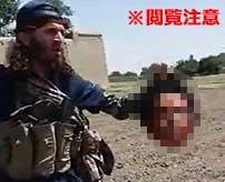 【閲覧注意】地面に倒れて苦しむ若者の首を生きたまま斬首するISIS…