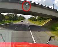 飛び降り自殺した男にぶつかったトラックの衝撃的ドラレコ映像…