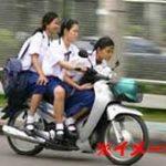 ノーヘルでバイクに3人乗りしていた少女たち、道路を横断しようとしたら…