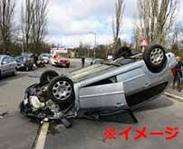 事故って横転した車を無理に起こすと大変なことになります…