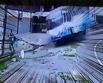 運が悪すぎる男性の衝撃的な死亡事故映像…
