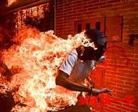ガス爆発を起こした家から火だるま状態の人間が飛び出てきた…