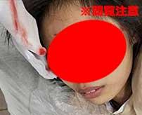 店員の女性が突然やってきたキチガイ男に両目を抉られる恐怖映像…