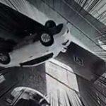 予測不可能な衝撃事故!上から突然車が降ってきて女性に直撃…